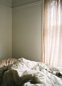 Very Simple Bedding Dress - - Loft Bedding Aesthetic - Bedding Ideas Black Grey - Interior Architecture, Interior And Exterior, Unmade Bed, Messy Bed, Simple Bed, Tumblr, How To Wake Up Early, Morning Light, Dream Bedroom