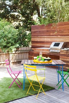 Pallet inspired backyard kitchen at Zoe Murphey's home {via Design Files}