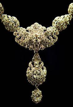 Queen Elizabeth royal jewels | Queen Elizabeth II Necklace on Display at Buckingham Palace