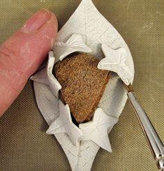 Create unusual 'prongs' to set a cabochon in this leaf-themed metal clay pendant. By Julia Rai - Tutorial: come creare un insolito castone con foglie con la pasta d'argento