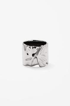 Made from a metallic with a shiny finish, this ring is a sleek design with a modern crinkled detail.
