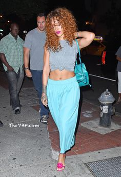 FASHION LOVERS: Rihanna Gets Casually Sexy In A Tied Up Tee