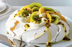 PAVLOVA Adopt some culinary tradition with this little bite of heaven. Great Desserts, Köstliche Desserts, Delicious Desserts, Yummy Food, Mango Recipes, Sweet Recipes, Cake Recipes, Dessert Recipes, Yummy Recipes