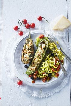 Verwarm de oven voor op 200oC. Snijd de groenten in de lengte doormidden en verwijder een klein deel van het vruchtvlees zodat er een langwerpige opening ontstaat. Leg de groenten op het snijvlak op de bakplaat. Bak de groenten in de oven in circa 20 minuten gaar. Keer ze om en leg ze in een ovenschaal. Bestrijk de snijvlakken van de groenten met de pesto en verdeel de feta erover. Zet nog circa 10 minuten terug in de oven. Lekker met pasta en een salade met zongedroogde tomaten en olijven.