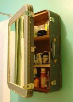 Vintage Suitcase Medicine Cabinet included in these 20 DIY Vintage Suitcase Projects and Repurposed Suitcases. Create unique home decor using repurposed old suitcases! Do It Yourself Furniture, Furniture For You, Diy Regal, Deco Originale, Vintage Suitcases, Vintage Luggage, Vintage Travel, Vintage Suitcase Decor, Trash To Treasure
