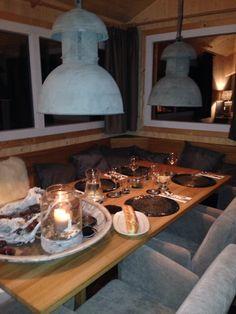 Eettafel van Turmhaus Table Settings, Table Decorations, Furniture, Home Decor, Chalets, Lush, Tower House, Decoration Home, Room Decor