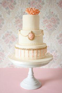 Roze met witte vintage bruidstaart
