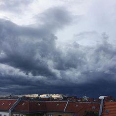 Coming Up From Behind... #Berlin #weather #dakommtwasauf #getprepared #ombre #workingwithaview #thunderstorm