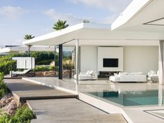 Modern seafront residence located in Spain, designed in 2016 by JLE Arquitectos. Style At Home, Modern Pool House, Moderne Pools, To Go, Loft, Dream House Exterior, Home Projects, Beautiful Homes, Beach House