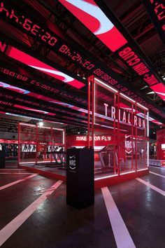I choose this pin because having the treadmills in the store creates an experience in this shoe store. The numbers also show that this store is for performance. Kiosk Design, Gym Design, Display Design, Booth Design, Retail Design, Event Design, Gym Interior, Retail Interior, Asian Interior