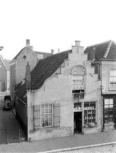 Boschstraat 168, hoek steeg, had rond 1900 een fraaie semi trapgevel. Hier was gevestigd winkel/woonhuis van P. de Graauw waar men naast brandstoffen ook klompen, snoep, koffiekannen, theepotten, margarine en nog veel meer kon kopen.