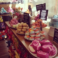 I love LUSH cosmetics ! But not bath bombs... Because I do not have a bath, only a shower =(