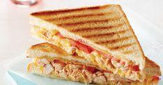 브런치 카페에서는 한두 가지 재료만으로 심플하게 만들어 따뜻하게 먹는 이탈리아식 샌드위치 파니니가 인기가 많죠. 신선한 토마토와 치즈, 담백한 닭가슴살과 식빵으로 만든 이밥차식 파니니예요. 재료를 모두 준비한 뒤 팬에 구워서 바로 드세요. 재료(2인분) 필수 재료 토마토(1개), 식빵(4장), 모차렐라치즈(1컵) 선택 재료 닭가슴살(1쪽=125g) 양념