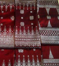 Songket Palembang - Cantik Manis Merah ... Traditional Fabric, Traditional Dresses, Batik Kebaya, Sari Design, Palembang, Textile Patterns, Ikat, Pattern Design, Hand Weaving