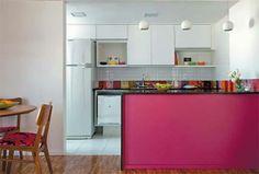 balcão rosa. cozinha americana