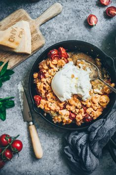 de tomates et burrataCrumble de tomates et burrata The Fastest, Tastiest Berry Crumble Yummy Veggie, Yummy Food, Vegetarian Recipes, Healthy Recipes, Healthy Food, Summer Grilling Recipes, Apple Crisp Recipes, Weird Food, Love Eat