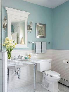 cuartos de baño pequeños, color azul suave y blanco, decoración tulipanes