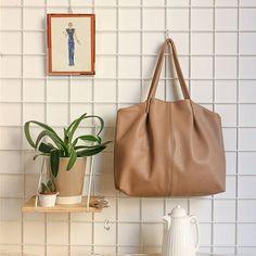 Fuori c'è il sole, ma l'aria è ancora fredda e rende tutti i colori i più tenui.  La borsa perfetta per una giornata così? Modello Gloria in rosa antico ❤ Per riuscire a portarsi dietro anche un bel termos con un po' di tè caldo ❤ #filufilu #handmade #verona #madeinitaly #handmadewhitlove #bag #leather #artisan #fashionrevolution #fashion #pink #shoppingbag #stilllife #giftideas #italy