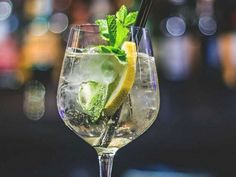 Frissítő koktél a nyári hőségben. Mojito, Hugo Cocktail, Cocktails, Alcoholic Drinks, Drinking Lemon Water, All Restaurants, Drink More Water, What Happens When You, Health And Nutrition