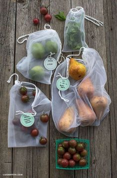 Reusable Produce Bags DIY tutorial : Make your own Eco-Friendly, Zero-Waste, No Plastic involved in your bulk grocery shopping routine! Reduce Reuse Recycle, Produce Bags, Filets, Green Kitchen, Zero Waste, Reduce Waste, Sustainable Living, Sustainable Ideas, Sustainable Products