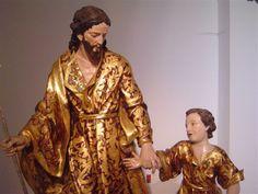 El Niño Jesús da sus primeros pasos de la mano de San José. Escultura barroca dorada y estofada.