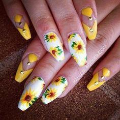 Floral nail art, is it yay or nay? Spring Nails, Summer Nails, Cute Nails, Pretty Nails, Nail Art Inspiration, Sunflower Nails, Floral Nail Art, Boxing Day, Yellow Nails