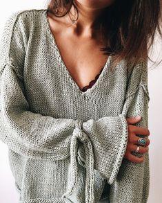 Modèle One Sweet Sweater - Wool and the Gang Tina Tape Yarn Modifications : 10 mailles en moins pour la largeur des manches et 4 à 6 rangs de moins en haut