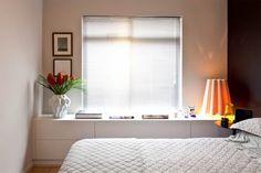O desenho reto do aparador acompanha toda a lateral do quarto e, com apenas 40 cm de profundidade, garante área para lençóis e toalhas. No padrão Fresno Blanco, o móvel é daArtwood Móveis. O vaso Plissan é da Holaria; e a luminária Sofia, de madeira, desenhada por Marcelo Dabini, é da Novit Light Design.