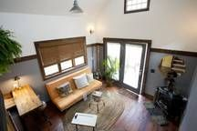 """Casa en Portland, Estados Unidos. Seen on the TV show """"Tiny House Nation"""", CNN, Food & Wine Magainze, and the NY Post, the 350 sq ft Rustic Modern Tiny House was designed and built by us, your friendly AirBNB hosts. Guests call it """"completely charming"""" and """"the perfect urban getaw..."""