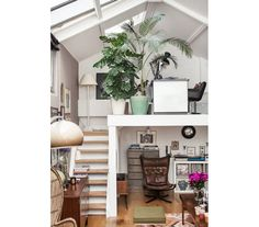 Repleta de objetos e plantas, esta morada conta com um escritório no mezanino - no caminho, os degraus abrigam revistas.