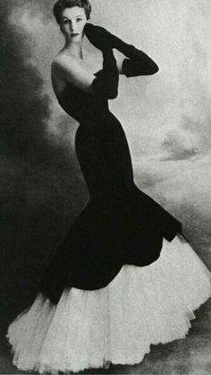 "Barbara Goalen wearing Balenciaga's velvet and tulle ""mermaid"" dress, 1951 Vestidos Vintage, Vintage Gowns, Vintage Outfits, Vintage Clothing, Dress Vintage, Moda Retro, Moda Vintage, Vintage Modern, Glamour Vintage"