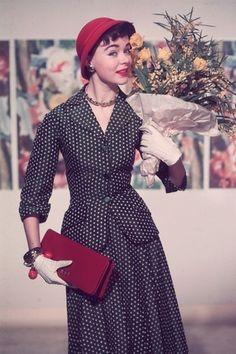 クリスチャン・ディオールが1947年に打ち出したニュールックを筆頭に、50年代は女性たちにとって魅惑的でエレガントなファッションの時代の幕開けだった。ふんわりしたシルエットのスカートやグローブ、レディライクなハンドバッグなど、当時の写真とともに50年代ファッションをプレイバック。