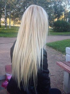 Long straight hair, light bonde color with lowlights.