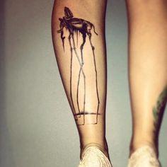 """Originelles Tattoo, das einem berühmten Kunstwerk nachempfunden wurde - """"The Elephants"""" von Salvador Dali"""