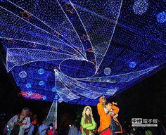 為期一個月的「公館聖誕季」,於自來水園區舉辦,獨特星空燈光秀,洋溢著聖誕節歡樂氣氛。(劉宗龍攝)