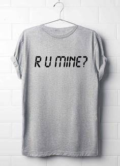 R U Mine camiseta. Camiseta de los monos árticos. T-shirt de letra   D E S C R I P T I O N Material de alta calidad y textiles utilizados por esta hermosa camiseta. La camiseta es super suave y acogedor!   M E A S U R E M E N T S  XS = 19 x 26,7 (en CM = 48 x 68) S = 20 x 27,5 (en CM = 51 x 70) M = 21 x 28,3 (en CM = 53,5 x 72) L = 22 x 29 (en CM = 56 x 74) XL = 23 x 30 (en CM = 58 x 76) XXL = 24 x 30,7 (en CM = 61 x 78) XXXL = ...