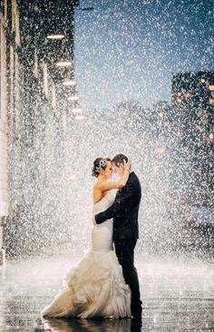 Brautpaar im Regen - ein tolles Foto! #Hochzeit James Day Photography