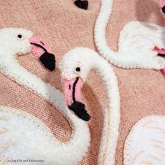 furamingo no bag ( フラミンゴ ノ バッグ ) Flamingo felt applique and embroidery mini bag生地はあえてピンクを選びました。フラミンゴの鮮やかで美しいピンクに周りの景色も霞んで見えます。アップリケはフェルト製です。パーツごとに細かく切り出して、ひとつひとつハンドステッチで縫い合わせています。フラミンゴの表情や羽、足など細部まで刺繍で表現しています。バッグ上部にはファスナーが付いていますので、ポーチとしてもお使い頂けます。タグの大きさとフラミンゴの足の色に若干の変更があります。あらかじめご了承下さい。《 サイズ 》・幅:23cm(平置で採寸)・高さ:23cm・持ち手:28cm《 素材 》・表布:綿麻・裏布:綿ダブルガーゼ・アップリケ:フェルト・綿など
