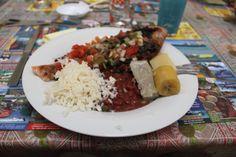 An bon poisson grillé , haricot rouge , di riz , dachine , banane jaune , igname épi bon zépice , hum.