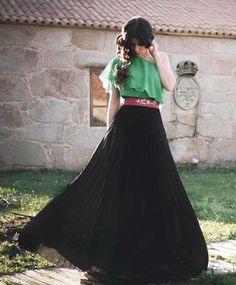 Conjunto boda top verde y falda plisada larga negra Windy Skirts, Long Skirts, Maxi Skirts, Beautiful Long Dresses, Beautiful Women, Jemima Kirke, Lehenga, Dress Skirt, Fashion Dresses
