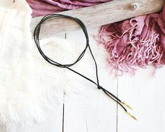 Collier Ébène, style choker, cordon suède noir, breloques plumes dorées, mille et une nuits, pour femme