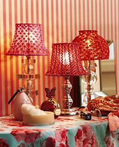 Des abat-jour rococo en scoubidous Rococo, I Love Lamp, I Saw The Light, Electrical Wiring, Wire Crafts, Lamp Shades, Diy Design, Projects To Try, Sweet Home