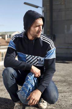 Du willst beim Training mal blau machen? Alles klar: Der coole adidas Originals Hoodie liegt mit seinen blauen Kontrastfarben und dem lässigen Muster voll im Trend. Das Beste: Mit dem Turnbeutel greifst du das Design auf und rundest deinen Look ab!