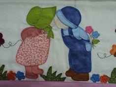 Toalha fralda bordada a mão patchwork com barrado em tecido. 0,72x1,05cm.