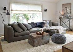 Couchdeko mit grauen Kissen in verschiedenen Nuancen und Größen, Plüschdecke für Couch