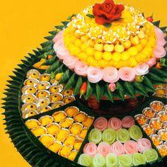 """""""ขนมไทย"""" เอกลักษณ์ของความเป็นไทย นอกจากจะมีความงดงามวิจิตร ละเอียดอ่อน พิถีพิถันในทุกขั้นตอนการทำแล้ว ยังมีรสชาติที่อร่อย หอมกลิ่นพืชพรรณจากธรรมชาติ และกลิ่นอบร่ำควันเทียน อีกทั้งขนมแต่ละชนิดยังมีชื่อเรียกที่บ่งบอกถึงคุณค่า และแฝงไปด้วยความหมายอันเป็นสิริมงคล ดังเช่น """"ขนมมงคล 9 อย่าง"""""""