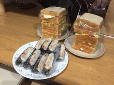 高校3年生7人のために、奥さんが作った「サンドイッチ 食パン3斤分」と「米4合のお握らず」( ̄(エ) ̄)v