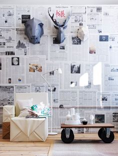 Folhas de jornal coladas em parede para decorar paredes brancas
