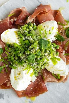 This mozzarella with prosciutto and a pesto including peas and mint is perfect for a quick summer dinner. It is best to be enjoyed with a glass of chilled white wine! Appetizer Recipes, Appetizers, Buffalo Mozzarella, Quick Easy Dinner, English Food, Prosciutto, Caprese Salad, Bon Appetit, Avocado Toast