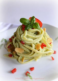 Linguini Cream Cheese with Almond Crispy Gourmet Recipes, Pasta Recipes, Cooking Recipes, Healthy Recipes, Linguine, Ricotta, Italian Pasta, How To Cook Pasta, Soup And Salad